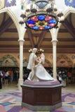 Каменная человеческая жизнь скульптуры - определите размер диаграмму принца и принцессы танцуя временно показанный для предыдущей стоковые изображения rf