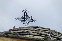 Каменная шифер-крыша старой средневековой церков с крестом в восстановленном монастыре Montenegrin или Giginski стоковое фото rf