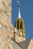 Каменное здание более spier с лопастью погоды Стоковые Фото