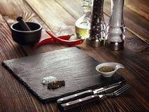 Каменное мясо стойки на таблице Стоковые Фотографии RF