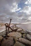 Каменное побережье с старым анкером стоковые изображения