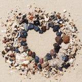 Каменное расположение как рамка сердца на пляже Стоковое Изображение
