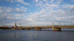 Каменное река моста и западной Двины Стоковые Фотографии RF