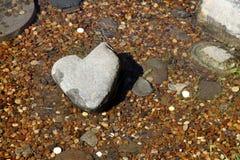 Каменное сердце в потоке.  Японский сад. Стоковое фото RF