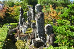 Каменное Buddhas на японском виске, Киото Японии стоковая фотография rf