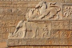 Каменные барельеф на стенах в висках Hampi Высекать камень a Стоковое Фото
