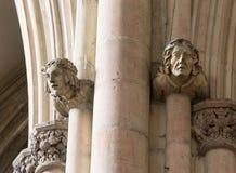 Каменные головы статуи высекаенные в церков Стоковое Изображение