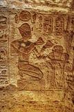 Каменные изображения барельеф высекаенные в стену на Luxor Temple в Асуане Египте стоковое фото
