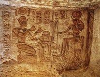 Каменные изображения барельеф высекаенные в стену на Luxor Temple в Асуане Египте стоковые изображения rf