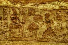 Каменные изображения барельеф высекаенные в стену на Luxor Temple в Асуане Египте стоковые изображения