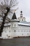 Каменные крепостные стены и сторожевая башня монастыря Andronikov спасителя moscow Стоковое Изображение