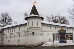 Каменные крепостные стены и сторожевая башня монастыря Andronikov спасителя moscow Стоковые Изображения RF
