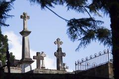 Каменные кресты в кладбище стоковые изображения rf