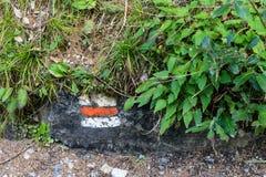 Каменные метки на пешем пути в лесе Стоковая Фотография