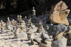 Каменные пирамиды из камней на пляже Стоковые Фото