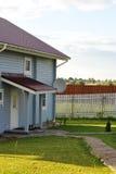 Каменные пригонки пути к заднему двору загородного дома Стоковое Изображение RF