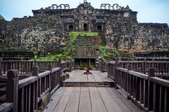 Каменные стены и деревянный мост стоковые изображения