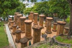 Каменные столбцы расположенные на месте перед входом к виску сложному Po Nagar, Стоковое Изображение RF