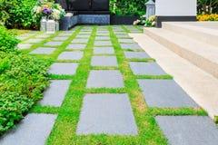 Каменные слябы на траве в саде Стоковые Фото