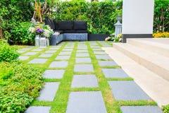 Каменные слябы на траве в саде Стоковые Изображения RF