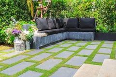 Каменные слябы на траве в саде Стоковая Фотография