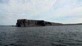 Каменные утесы среди поверхности воды Северного океана на новом острове Vaigach земли акции видеоматериалы