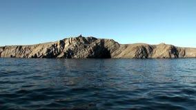 Каменные утесы среди водообильной поверхности Северного океана на новой земле видеоматериал