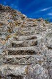 Каменные шаги лестницы высекли в утесе гранита стоковое фото rf