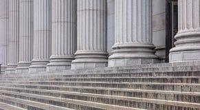 Каменные штендеры гребут и деталь лестниц Классический строя фасад стоковое изображение rf