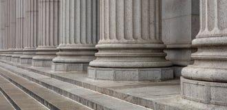 Каменные штендеры гребут и деталь лестниц Классический строя фасад стоковое фото rf