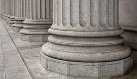 Каменные штендеры гребут и деталь лестниц Классический строя фасад стоковое фото