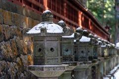 Каменные штендеры фонарика Nikko Futarasan Jinja в зиме стоковые фотографии rf