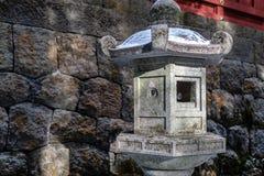 Каменные штендеры фонарика Nikko Futarasan Jinja в снеге стоковое изображение