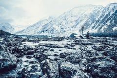 Каменный берег озера Большие камни на речном береге стоковое фото