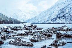 Каменный берег озера Большие камни на речном береге стоковые изображения rf