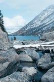 Каменный берег озера Большие камни на речном береге стоковые изображения