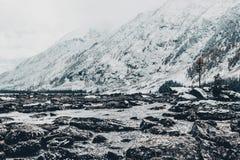 Каменный берег озера Большие камни на речном береге стоковые фото