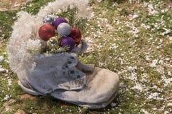 Каменный ботинок заполненный с безделушками рождества Стоковое Фото