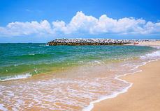 Каменный волнорез на пляже Стоковое фото RF