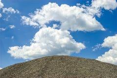 Каменный гравий против голубого неба стоковая фотография