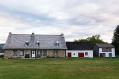 Каменный дом с деревянными амбаром и домом курицы в острове Орлеана стоковая фотография