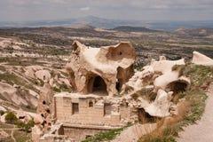Каменный дом с fairy печной трубой на ей в Cappadocia Стоковые Фото