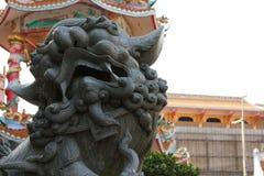 Каменный лев и китайская архитектура Стоковые Фотографии RF
