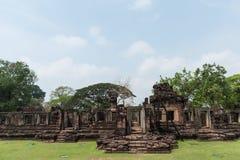 Каменный замок в парке Phimai историческом на предпосылке голубого неба, Nakhon Ratchasima, Таиланде Стоковая Фотография RF