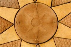 Каменный лимб картушки компаса установленный внутри звезда Золотое покрашенное вымощая sla Стоковое фото RF
