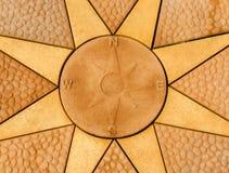 Каменный лимб картушки компаса установленный внутри каменная звезда Золотое покрашенное вымощая sla Стоковые Изображения RF