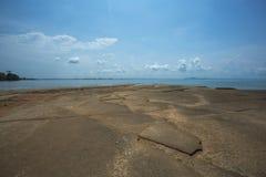 Каменный и ископаемый пляж, городок Krabi, Таиланд стоковые изображения rf