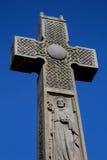 Каменный кельтский крест против голубого неба Стоковые Фотографии RF