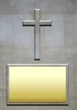 Каменный крест и пустая металлическая пластинка для надписи Стоковое Изображение RF