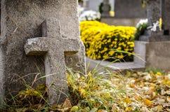 Каменный крест на кладбище Стоковые Изображения RF